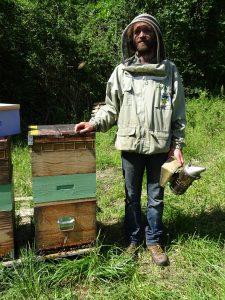 apiculteur-enfumoir-abeilles