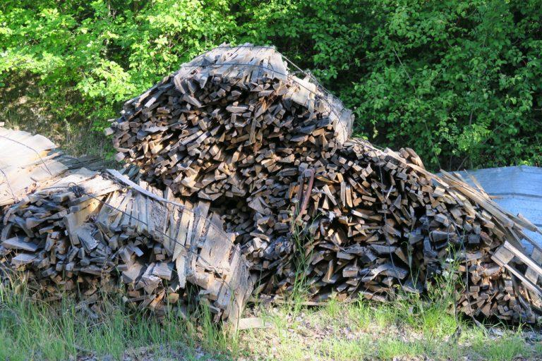 le bois est entassé devant le fournil, pour la chauffe d'un four à pain