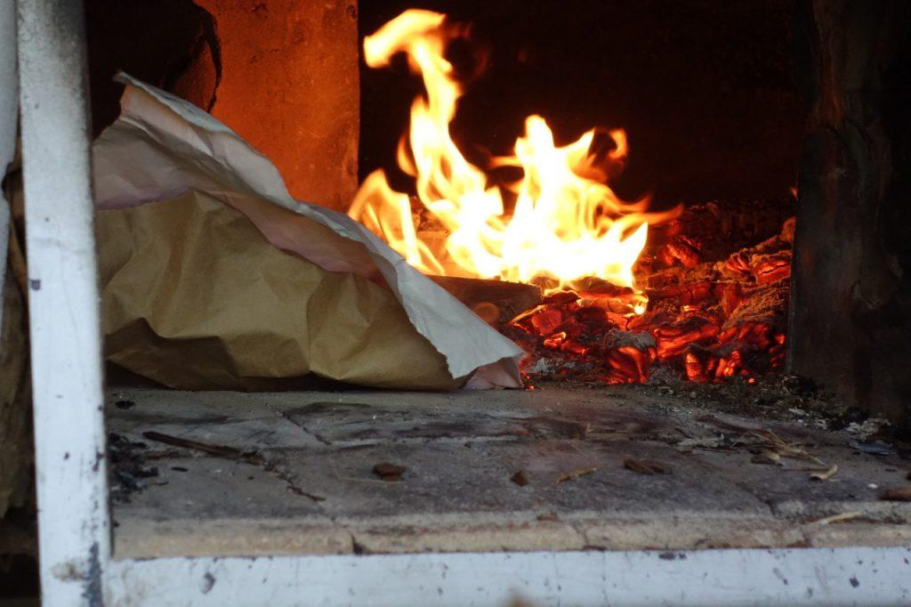 le feu crépite et chauffe le four jusqu'à 250 degrés
