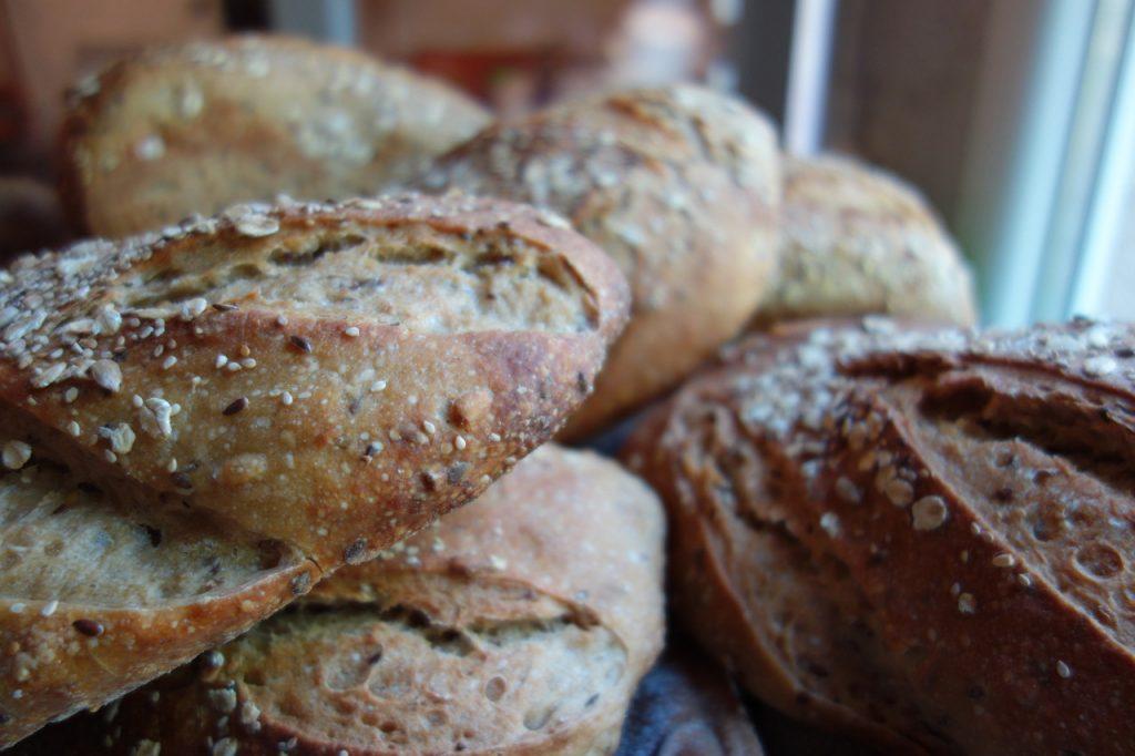 croûte de pain au levain avec des graines dans la boulangerie artisanale soleil levain