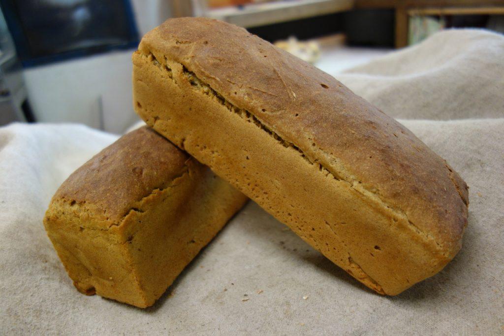 pains de petit épeautre moulés dans la boulangerie artisanale bio soleil levain à montpezat d'agenais
