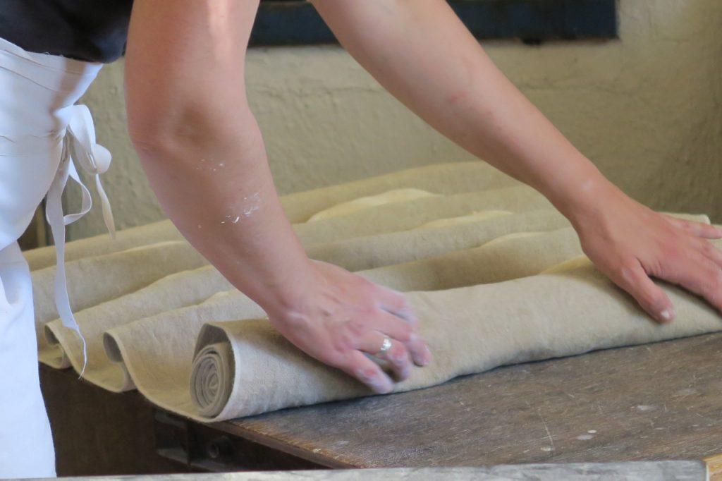 dans la boulangerie artisanale, on façonne à la main, on pose les pâtons sur une toile de couche pour le temps de la fermentation au levain