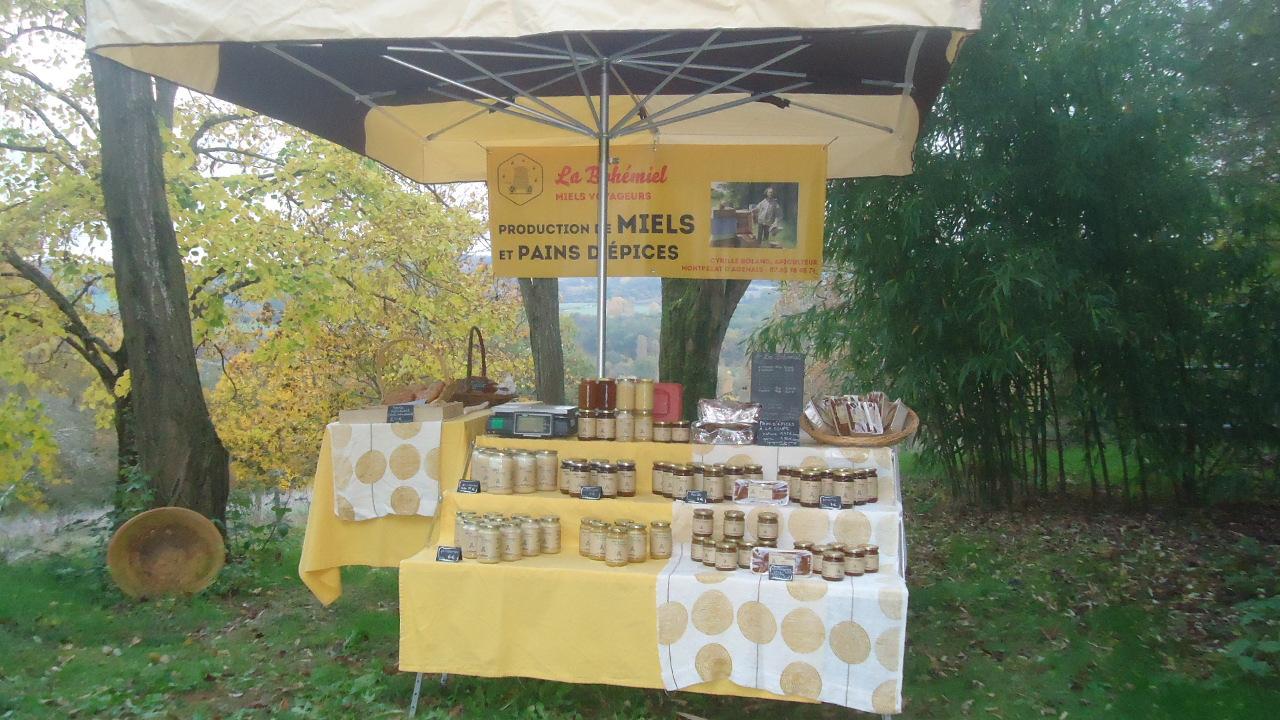 stand des productiones de l'apiculteur : miel, pain d'épice, galettes, biscuits au miel