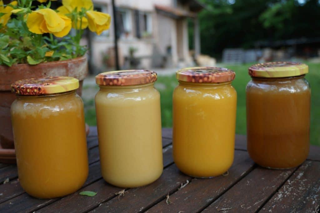 quatre pots de miel posés sur une table