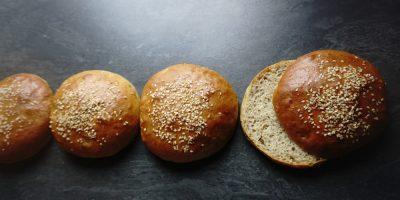 pain burger maison, avec des graines de sésame au dessus