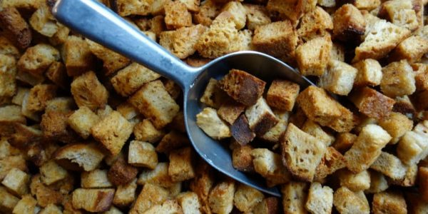 croûtons à l'aïl avec du pain au levain de blés anciens bio dans une boulangerie artisanale