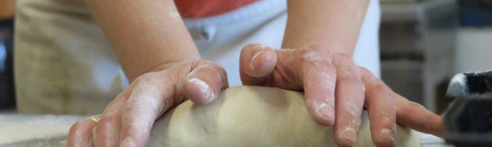 geste de façonnage dans la boulangerie artisanale soleil levain