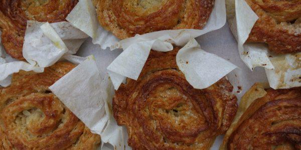gâteau breton fait d'une pâte feuilletée au beurre et sucre, que l'on nomme kouign amann, fabriqué dans la boulangerie artisanale soleil levain