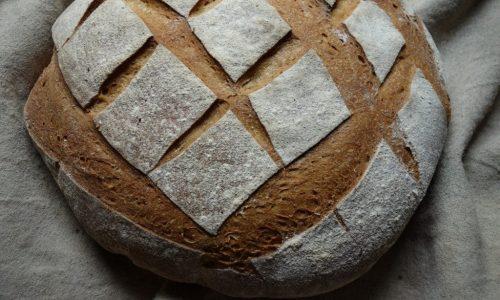C'est un gros pain qui a une belle croûte dorée. On peut acheter ce pain à la coupe. Il se conserve très longtemps.