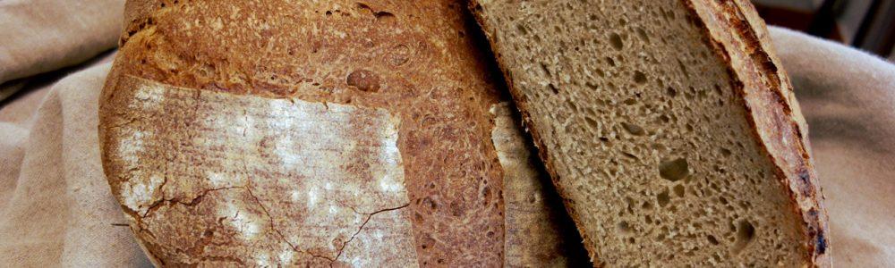 belle mie du pain au levain d'une grosse miche coupée en deux dans la boulangerie artisanale soleil levain