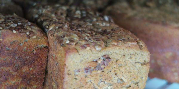 pain sans gluten moulé avec des graines dans la boulangerie artisanale soleil levain