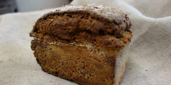 petit pain de seigle moulé posé sur une toile de couche dans la boulangerie bio