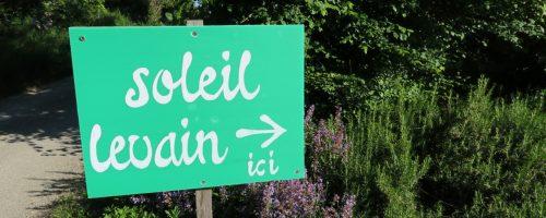 la pancarte verte indique le chemin à prendre pour se rendre au fournil soleil levain à montpezat d'agenais