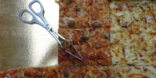 plaque de pizza avec sa pelle de service posée sur la cartonnette dorée, dans la boulangerie artisanale soleil levain à montpezat d'agenais
